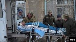 Украинаның әскери дәрігерлері Авдеевка қаласы түбіндегі қақтығыста жараланған сарбазды әкетіп барады. 31 қаңтар 2017 жыл.