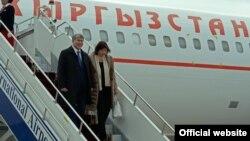 Алмазбек Атамбаєв із дружиною після повернення до Бішкека з Москви, 1 жовтня 2016 року
