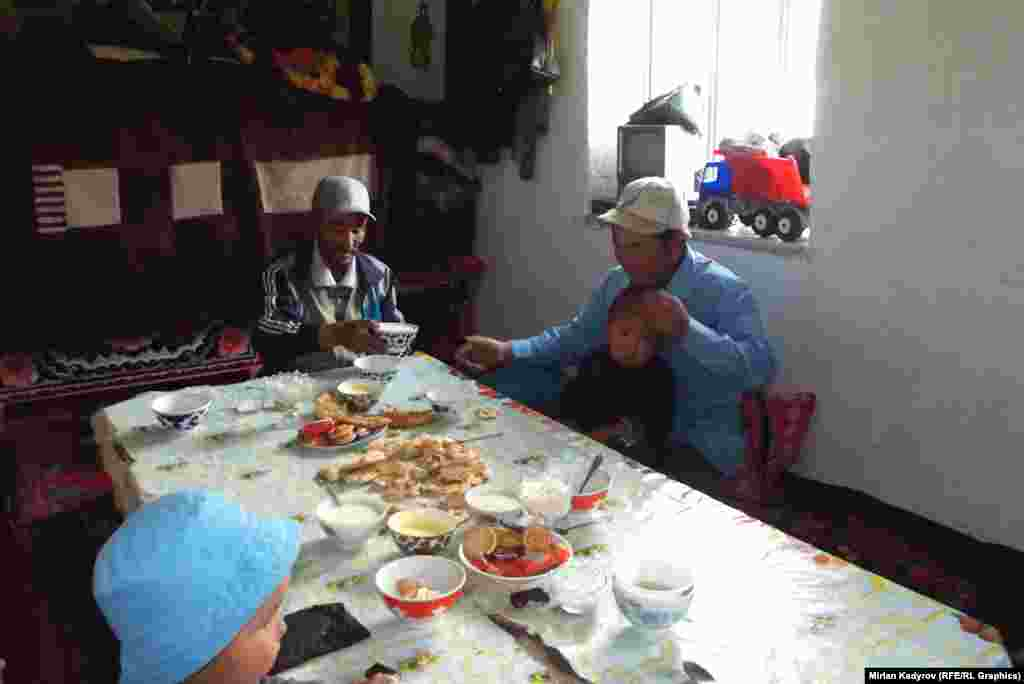 Дом Эдиля всегда наполнен родственниками и их детьми, которые приезжают попить кумыс и отдохнуть на джайлоо.