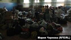 В пункте сбора помощи пострадавшим от наводнения на улице Российской в Иркутске