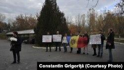 """Aripa tânără a Partidului Acțiune și Solidaritate a organizat un flashmob la Ambasada Ucrainei cu mesajul """"Ne este rușine pentru Dodon""""."""