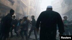 Жители одного из домов в сирийском городе эвакуируются из квартир. Иллюстративное фото.