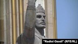 Памятник Исмаилу Сомони в Душанбе.