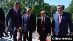 Қырғызстан, Қазақстан, Ресей және Тәжікстан президенттері Алмазбек Атамбаев (солдан оңға қарай), Нұрсұлтан Назарбаев, Владимир Путин және Эмомали Рахмон ҰҚШҰ-ның бейресми саммитінде. Бішкек, 28 мамыр 2013 жыл.