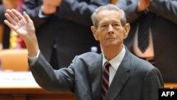 Mbreti Michael pritet me duartrokitje pas fjalimit të tij vjetor në Parlamentin në Bukuresht. 25 tetor, 2011