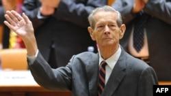 Король Румынии Михай принимает аплодисменты после выступления в парламенте. Бухарест, 25 октября 2011 года.
