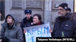 Санкт-Петербургда Надежда Савченкого эркиндик берилишин талап кылган пикетчилер.