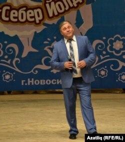 Сәхнә түрендә җырчы Рөстәм Закиров
