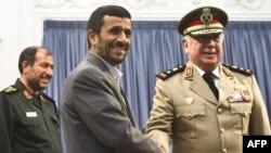 تهران و دمشق روابط نظامی نزدیکی با یکدیگر دارند و وزیران دفاع دو کشور به طور مرتب با یکدیگر دیدار و گفت وگو می کنند.(عکس: AFP)