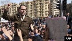ضابط مصري يهتف ضد الرئيس مبارك
