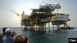 در حال حاضر برای دولت جمهوری اسلامی، نفت بشکه ای صد دلار حداقل قيمتی است که می تواند هزينه ها را تامين کند.(عکس: فارس)