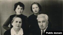 Керим Джаманаклы с супругой и дочерьми Фаридой и Нурией