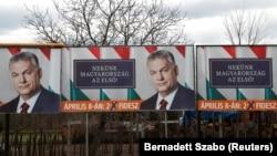 Передвиборчі плакати Віктора Орбана з закликом голосувати за його партію і гаслом «Угорщина понад усе!»