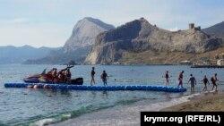Туристы только что вернулись с морской прогулки в Голубую бухту