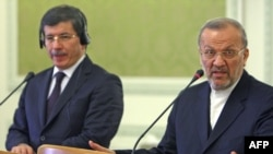 منوچهر متکی، وزیر خارجه ایران، در نشست خبری مشترک با همتای ترکیهای خود