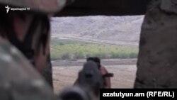 ՀՀ ԶՈՒ զինծառայողը սահմանին մարտական հերթապահության ժամանակ, արխիվ
