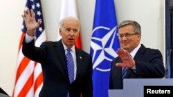 Vicepreședintele SUA Joe Biden (stânga) și președintele Poloniei Bronislaw Komorowski, 18 martie 2014