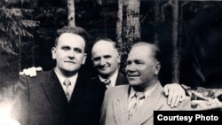 Янка Брыль, Янка Шарахоўскі і Міхась Машара на юбілеі Якуба Коласа ў Каралішчавічах