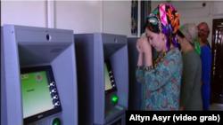 Гостелевидение Туркменистана регулярно показывает репортажи, в которых граждане выражают свою признательность за снятые в банкоматах деньги.