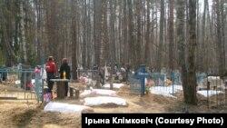 Радуніца на могілках у Чачэрскім раёне. Фота Ірыны Клімковіч