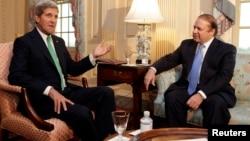 U.S.Secretary of State John Kerry (left) and Pakistan's Prime Minister Nawaz Sharif (file photo)