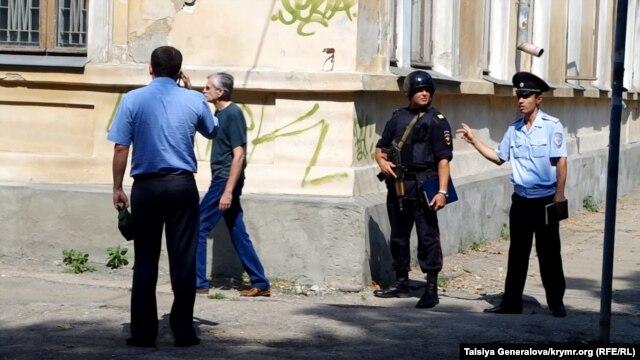 Эвакуация людей, перекрытые дороги, работа взрывотехников - в Симферополе  водителю показалось, что его машина заминирована фото