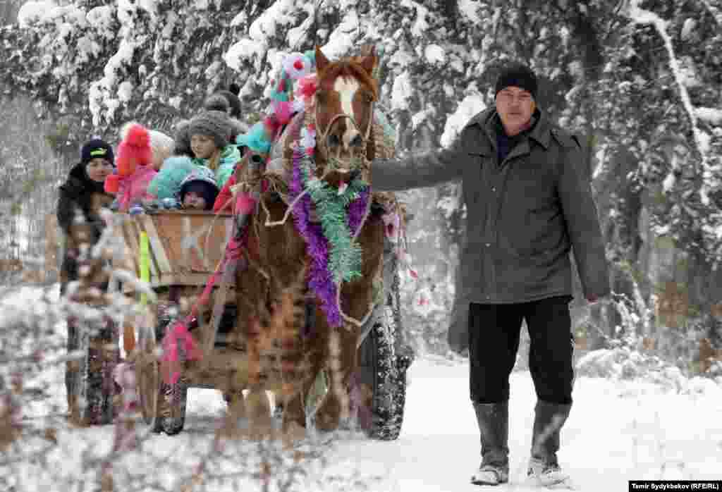 Главные традиционные атрибуты народного празднования Масленицы — чучело Масленицы, забавы, катание на санях, гулянья, блины и лепёшки, а у белорусов и украинцев также вареники, сырники и колодка.