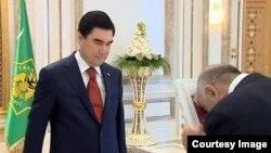 Gurbanguly Berdimuhamedow öz ady bilen çap edilen kitaby hökümet resmilerine sowgat berýär.