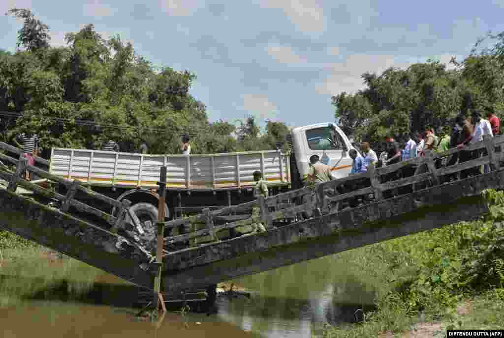 Hindistanyň Günbatar Bengal ştatynda çöken köri. Pidalar barada aýdylmady. (AFP/Diptendu Dutta)
