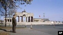 Бранденбурзькі ворота в Берліні були символом поділу країни – кордон проходив по площі біля них