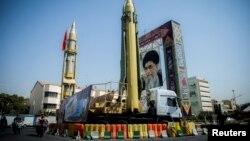 Тегерандын Бахаристан аянтындагы ракеталардын жана жогорку лидер аятолла Али Хаменеинин сүрөттөрү. 27-сентябрь, 2017-жыл.