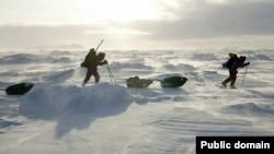 Экспедиция стартовала 10 марта из города Слюдянка на южной оконечности озера и через 25 дней должна завершиться в Нижнеангарске - самой северной точке Байкала