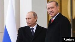 الرئيس الروسي فلاديمير بوتن (يسار) مع نظيره التركي رجب طيب أردوغان في أنقرة