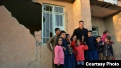 İranın futbol əfsanəsi Əli Dayi zəlzələnin ziyan vurduğu Kirmanşahda