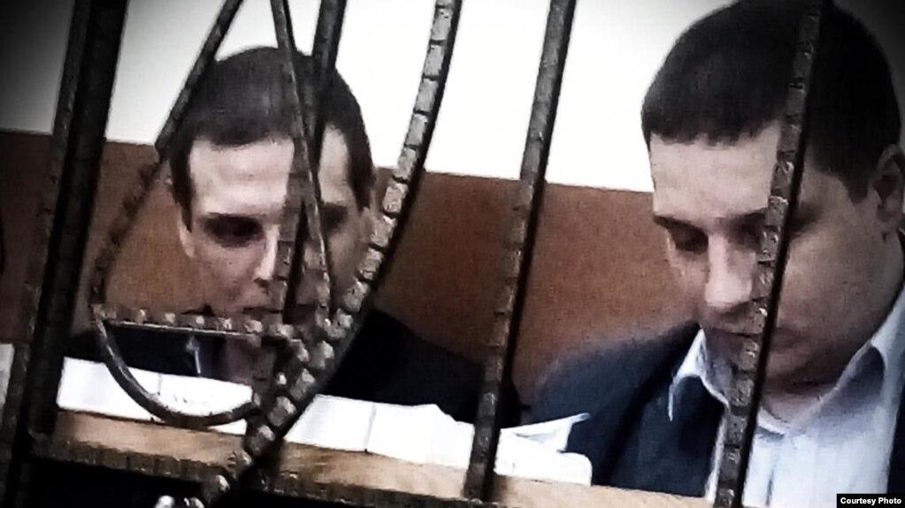 Артур (слева) и Марат (справа) Халиуллины в зале суда