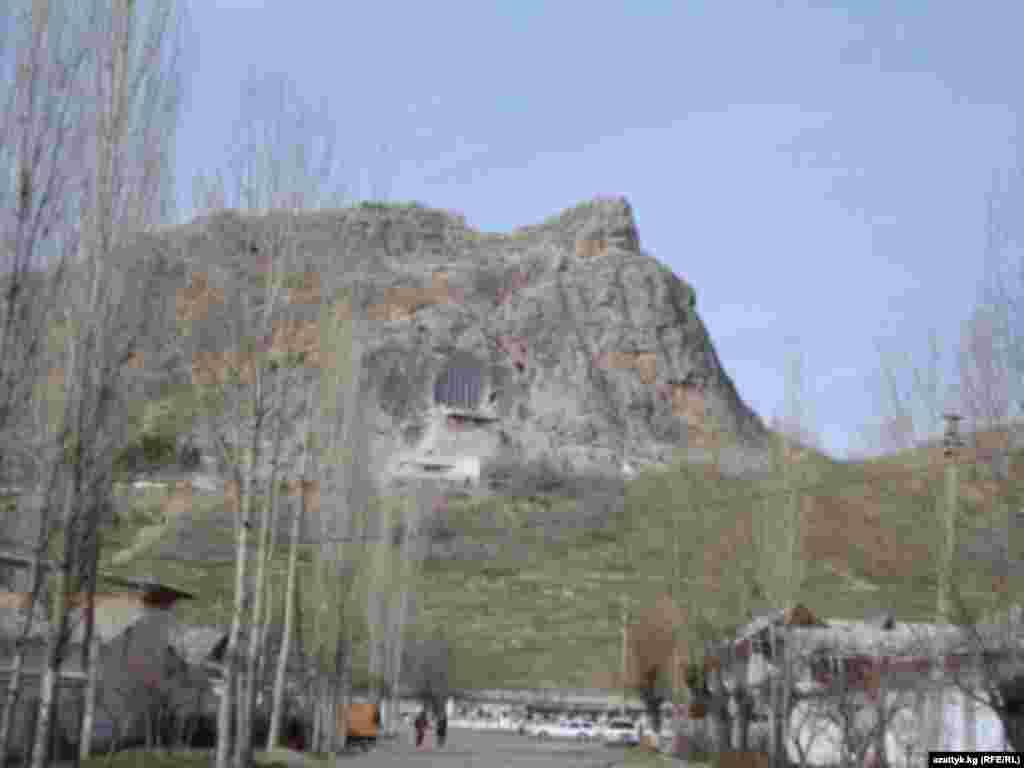 Тихая улица у южного склона Сулейман горы. Вроде недалеко оживленная трасса, а здесь, словно время остановилось. Мирно стоят, покачиваясь тополя, а там вдалеке знаменитая «чаша» уникального музея в пещерном комплексе.