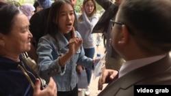 Недовольные распределением грантов абитуриенты и их родители задают вопросы директору Национального центра тестирования. Астана, 11 августа 2017 года.