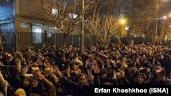 Тәһранда демонстрациячеләр Иран хакимиятен Boeing һәлакәте турында дөреслекне яшерергә маташкан өчен хөкем итә. ISNA агентлыгы фотосы