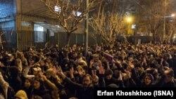 Тегерандагы Амир Кабир университетинин алдына чогулган демонстранттар. 11-январь, 2020-жыл.