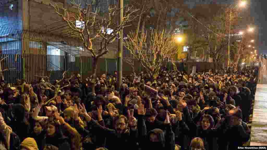Мітинг перед елітним університетом імені Шаріфа у Тегерані, 11 січня 2020 року. Іранські ЗМІ повідомили, що 14 жертв українського літака – випускники цього університету.