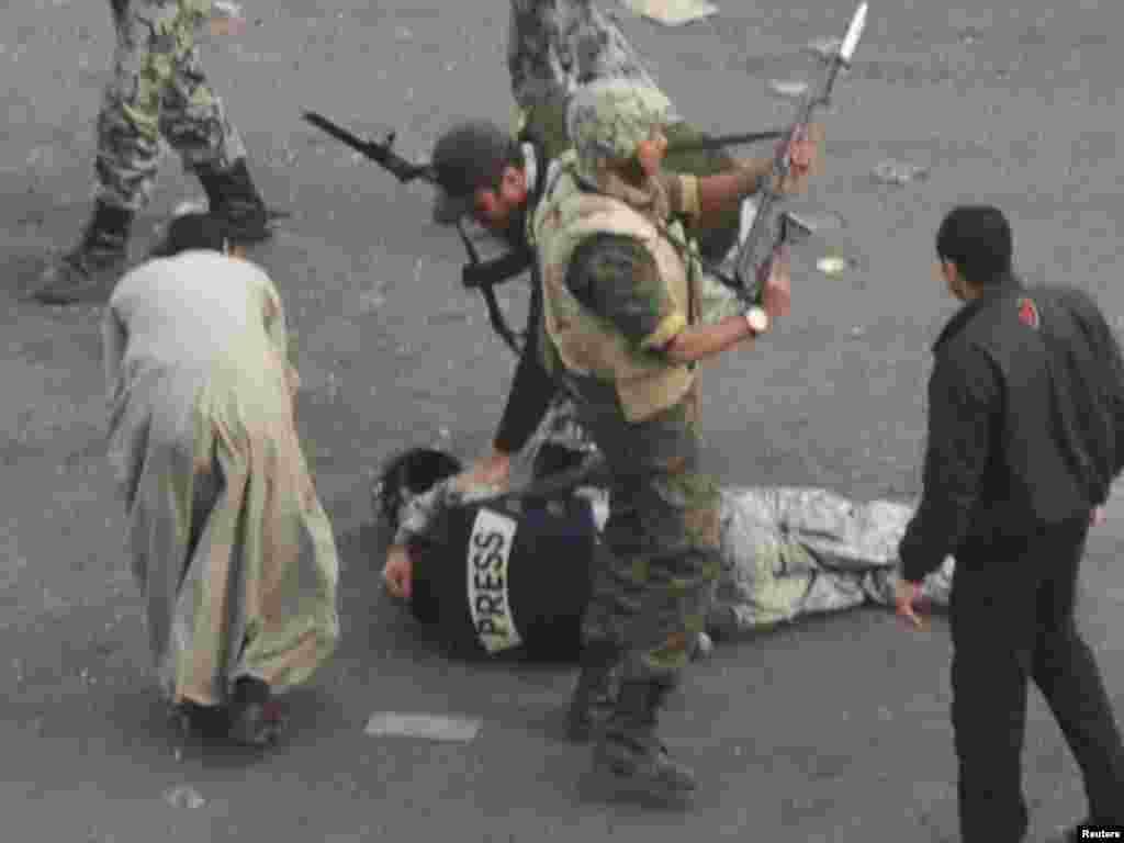 حمله طرفداران حسنی مبارک به یک خبرنگار
