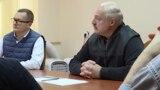 Юры Васкрасенскі сядзіць побач з Аляксандрам Лукашэнкам падчас сустрэчы з палітвязьнямі ў ізалятары КДБ, 10 кастрычніка