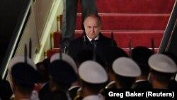 """Владимир Путин, прилетевший на форум """"Пояс и путь"""", в аэропорту Пекина. 25 апреля 2019 года"""