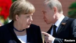 Немецкий канцлер Ангела Меркель в присутствии президента России Владимира Путина назвала аннексию Крыма преступной. 10 мая 2015