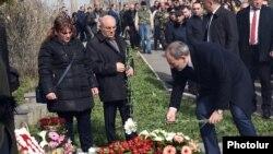 Armenia - Prime Minister Nikol Pashinian lays flowers at the Yerablur military cemetery in Yerevan, April 2, 2019.