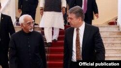 Armenia - Prime Minister Karen Karapetian (R) meets with India's Vice President Mohammad Hamid Ansari in Yerevan, 25Apr2017.