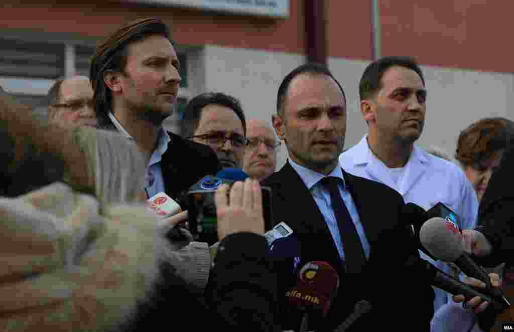 МАКЕДОНИЈА - Двајца странски државјани сместени во хотел во центарот на Скопје, се испитуваа дали имаат коронавирус, откако пријавиле дека два дена имаат симптоми слични на настинка, соопшти денеска министерот за здравство Венко Филипче. Тој рече дека едниот е државјанин на Австралија, а другиот на Сингапур. Во Скопје дошле на 28 февруари со авион на Визер од Келн.