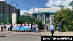 Акция в поддержку политических заключенных у здания посольства Соединенных Штатов в Казахстане. Нур-Султан, 23 августа 2019 года.