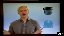 WikiLeaks saytının yaradıcısı Julian Assange Ekvador səfirliyindən qatıldığı bir canlı yayımda.