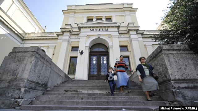 Bosnia-Herzegovina's National Museum in Sarajevo has closed its doors due to lack of funds. Critics blame the country's ethnically fractured politics.